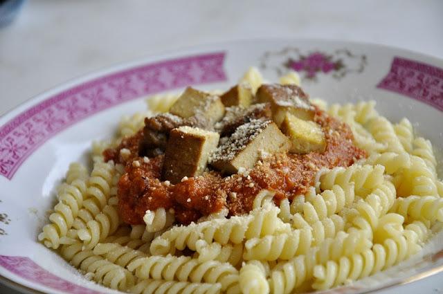 Těstoviny s dýňovo-rajčatovým pyré, tofu a vegan parmezánem