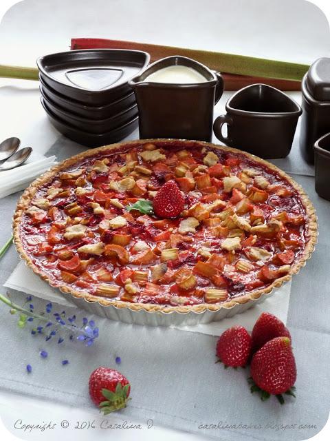 Rebarborový koláč s jahodami a crème anglaise