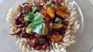 Celozrnné těstoviny s cuketou a fazolemi